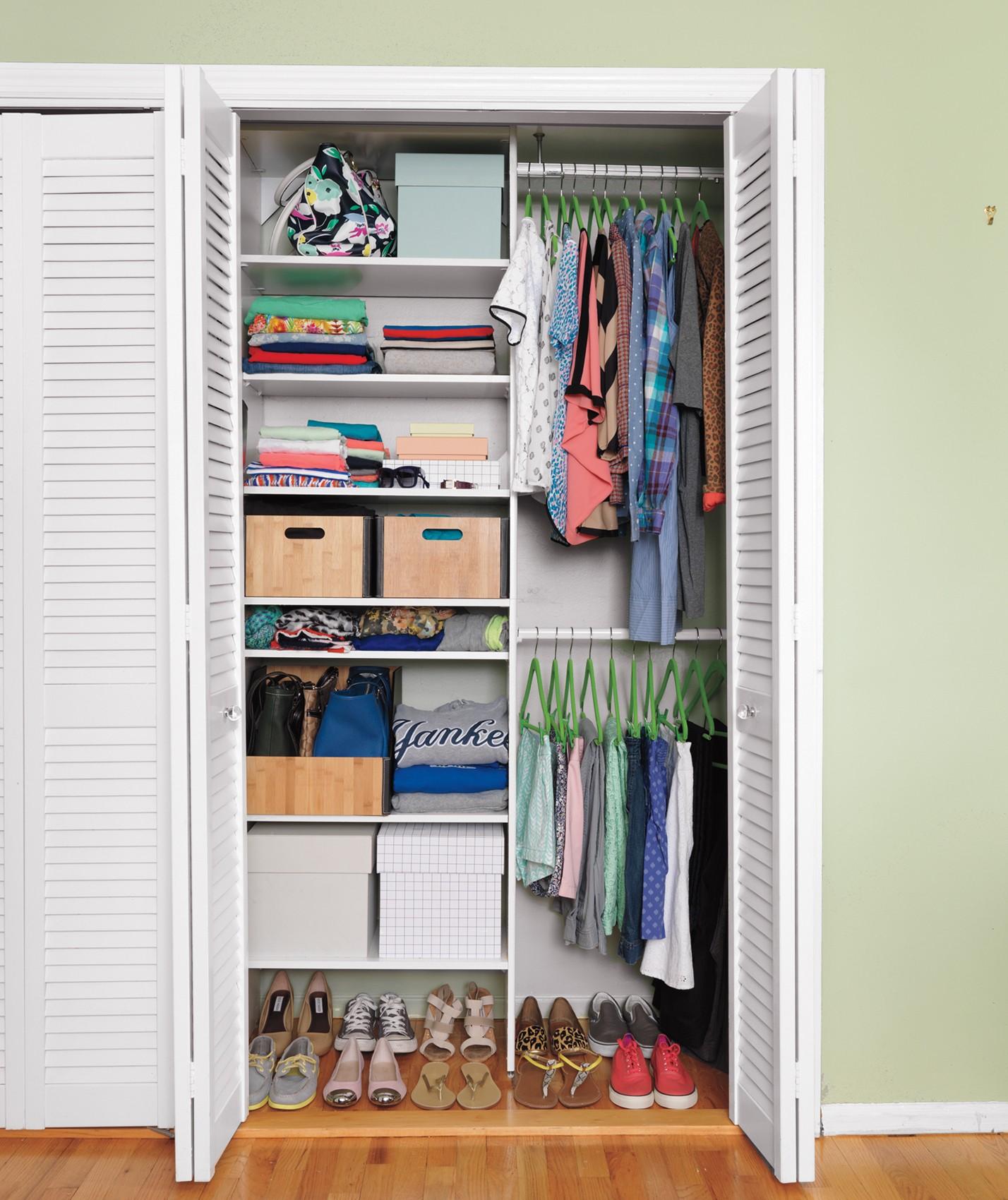 أفكار لتقسيم خزانة الملابس من الداخل- استخدام الصناديق