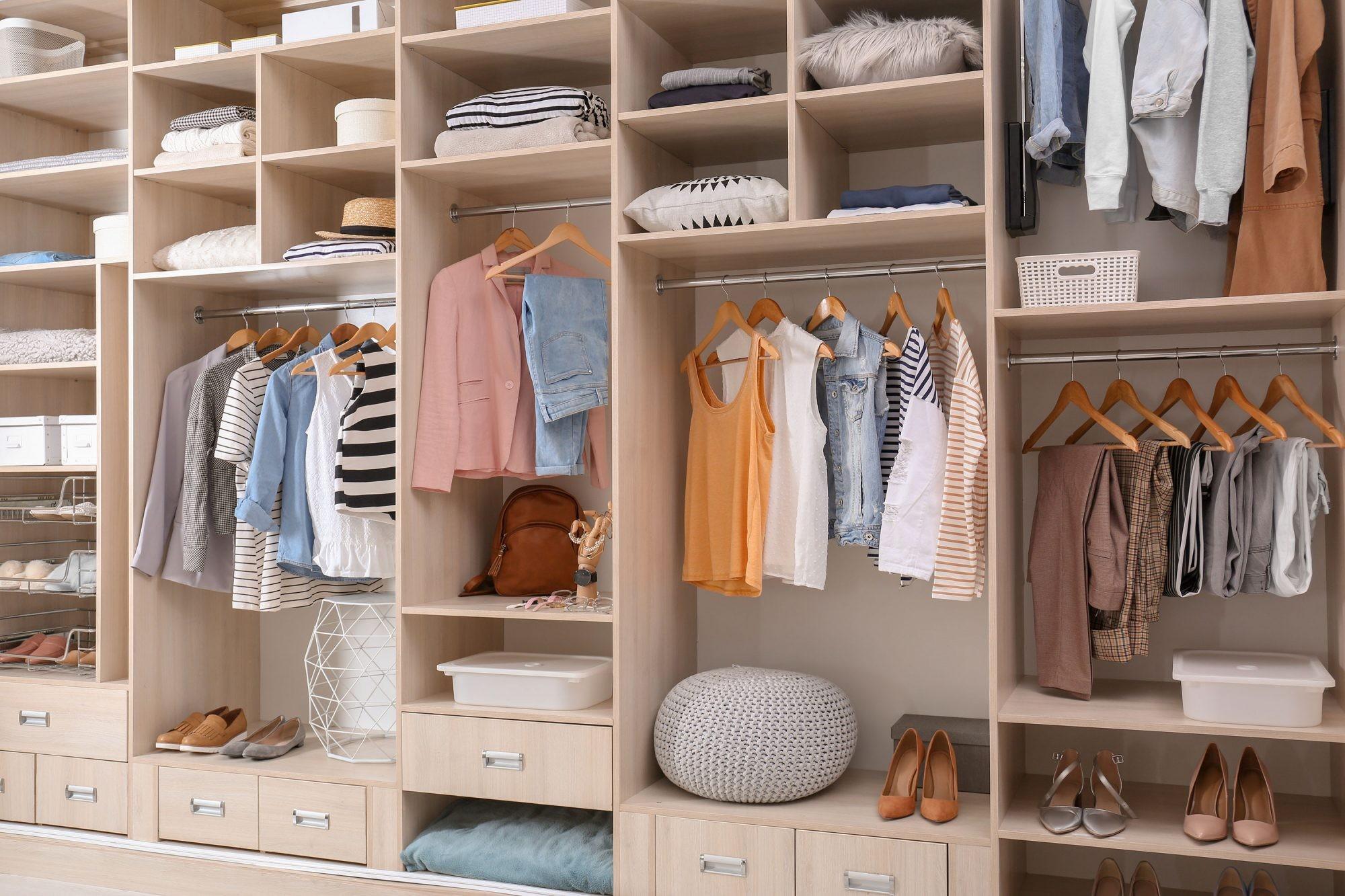 أفكار لتقسيم خزانة الملابس من الداخل- الخزائن المفتوحة