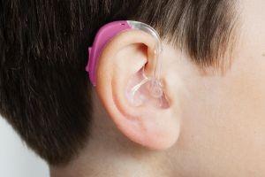 علاج ضعف السمع عند الأطفال بالأعشاب - السماعات خلف الأذن