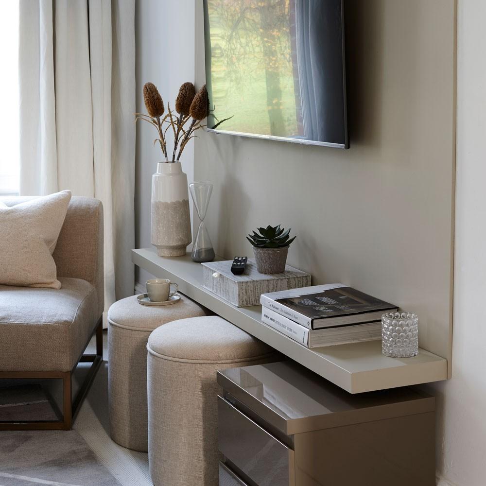 ديكور صالة صغيرة- استخدام الأرفف