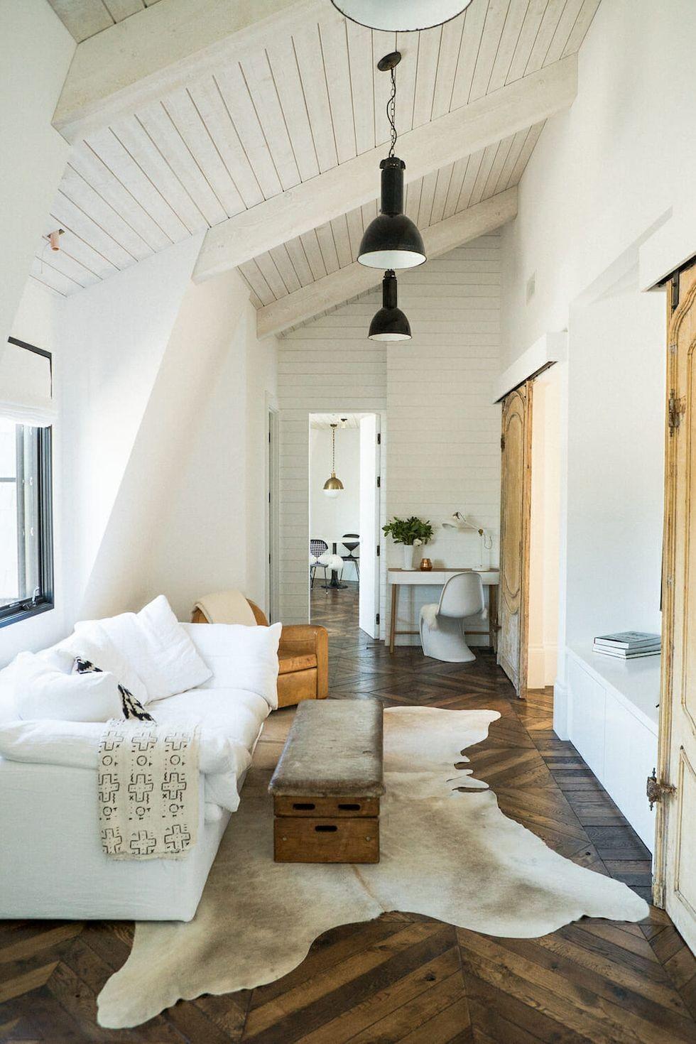 ديكور صالة صغيرة- الأثاث بمحاذاة حائط واحد