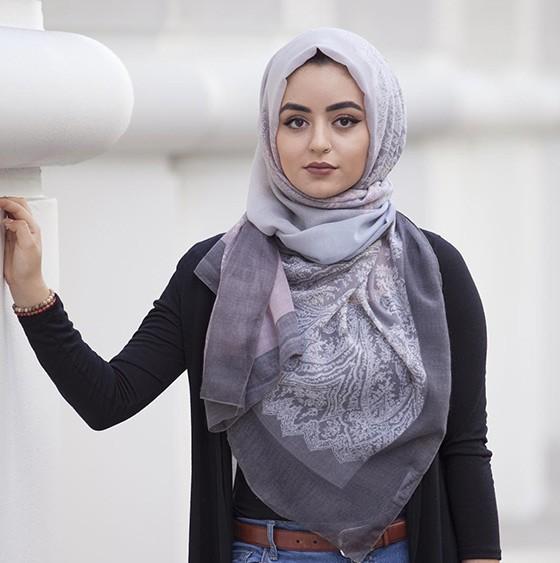 ملابس المحجبات في النهار- لفة حجاب أمامية