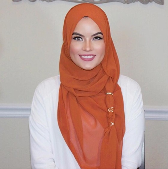 ملابس المحجبات في النهار- لفة الحجاب بالاكسسوار