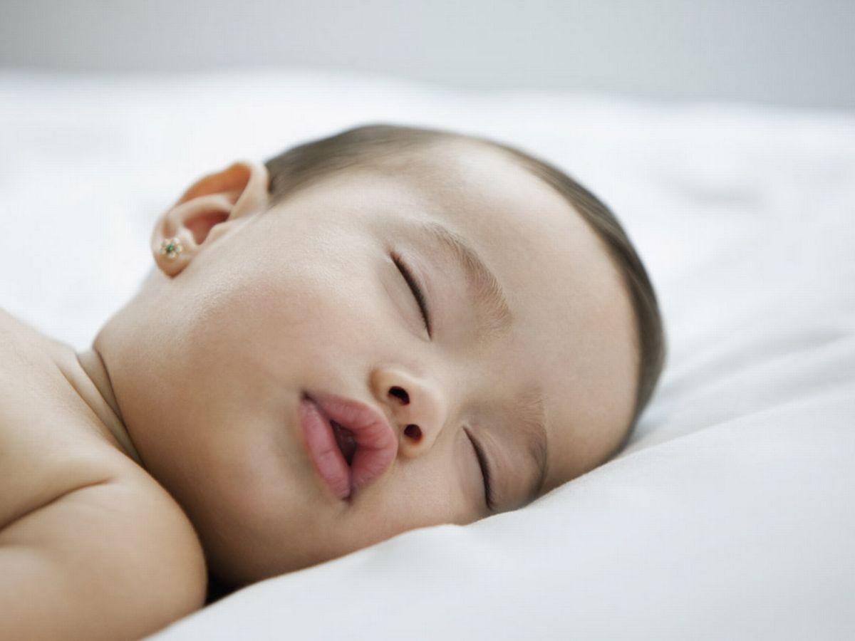 الوضعية الصحيحة لنوم الرضيع - نوم الرضيع على وسادة