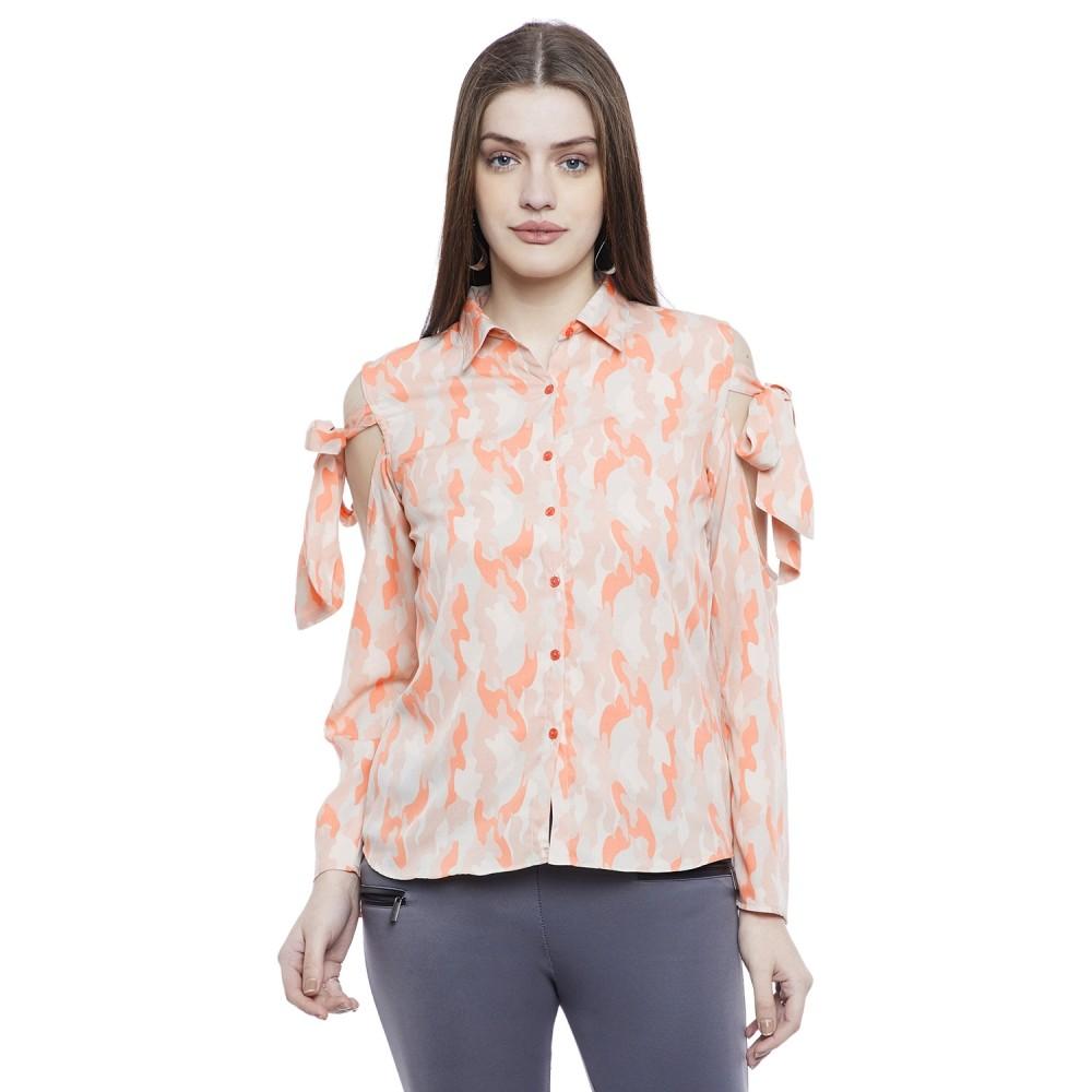 أفكار لتنسيق اللون الرمادي في الملابس - بنطلون رمادي وبلوزة برتقالي