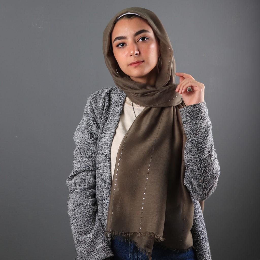 أفكار لتنسيق اللون الرمادي في الملابس - جاكيت رمادي مع جينز