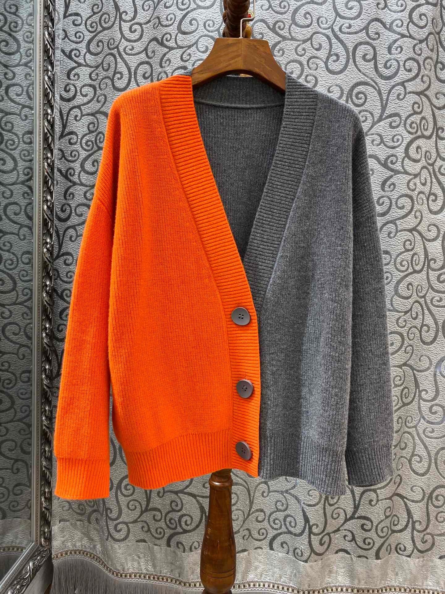 أفكار لتنسيق اللون الرمادي في الملابس - بوليرو رمادي وبرتقالي