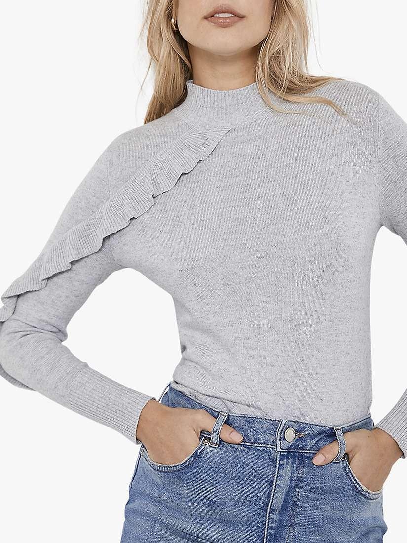 أفكار لتنسيق اللون الرمادي في الملابس - توب رمادي مع جينز