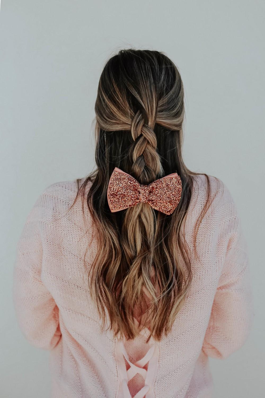 إطلالات عيد الحب-فيونكة شعر