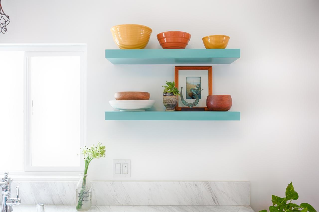 طريقة ترتيب الرفوف على الجدران-تزيين الأرفف بالأطباق الملونة