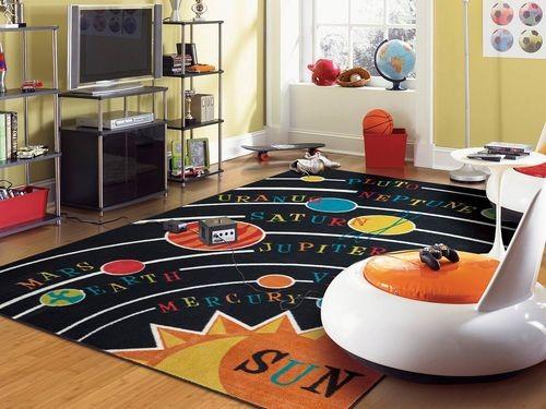 غرف نوم أطفال أولاد باللون البني-سجادة بشكل الكواكب