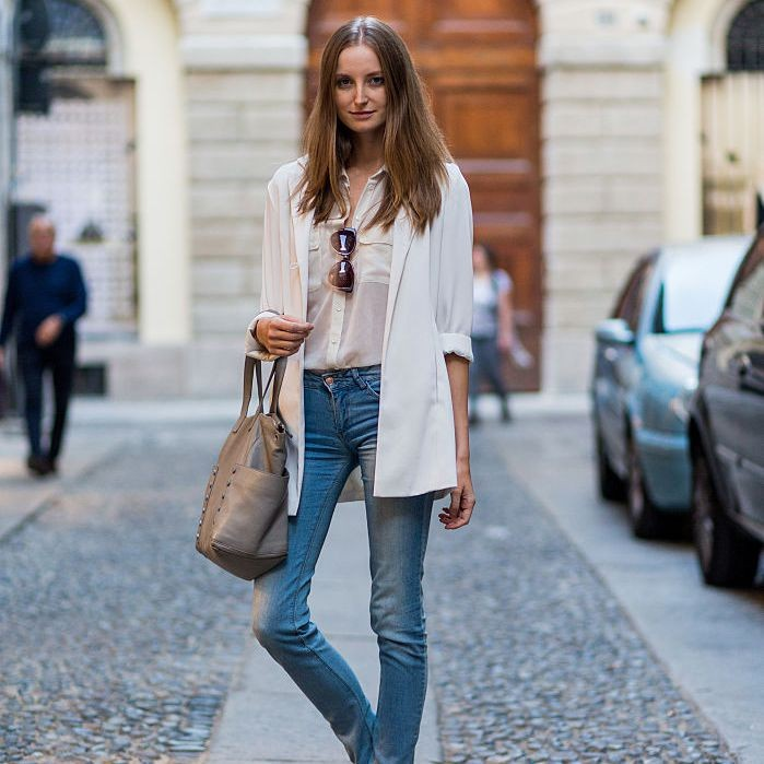 طرق ارتداء الجاكت الأبيض-جاكيت أبيض مع بنطلون جينز