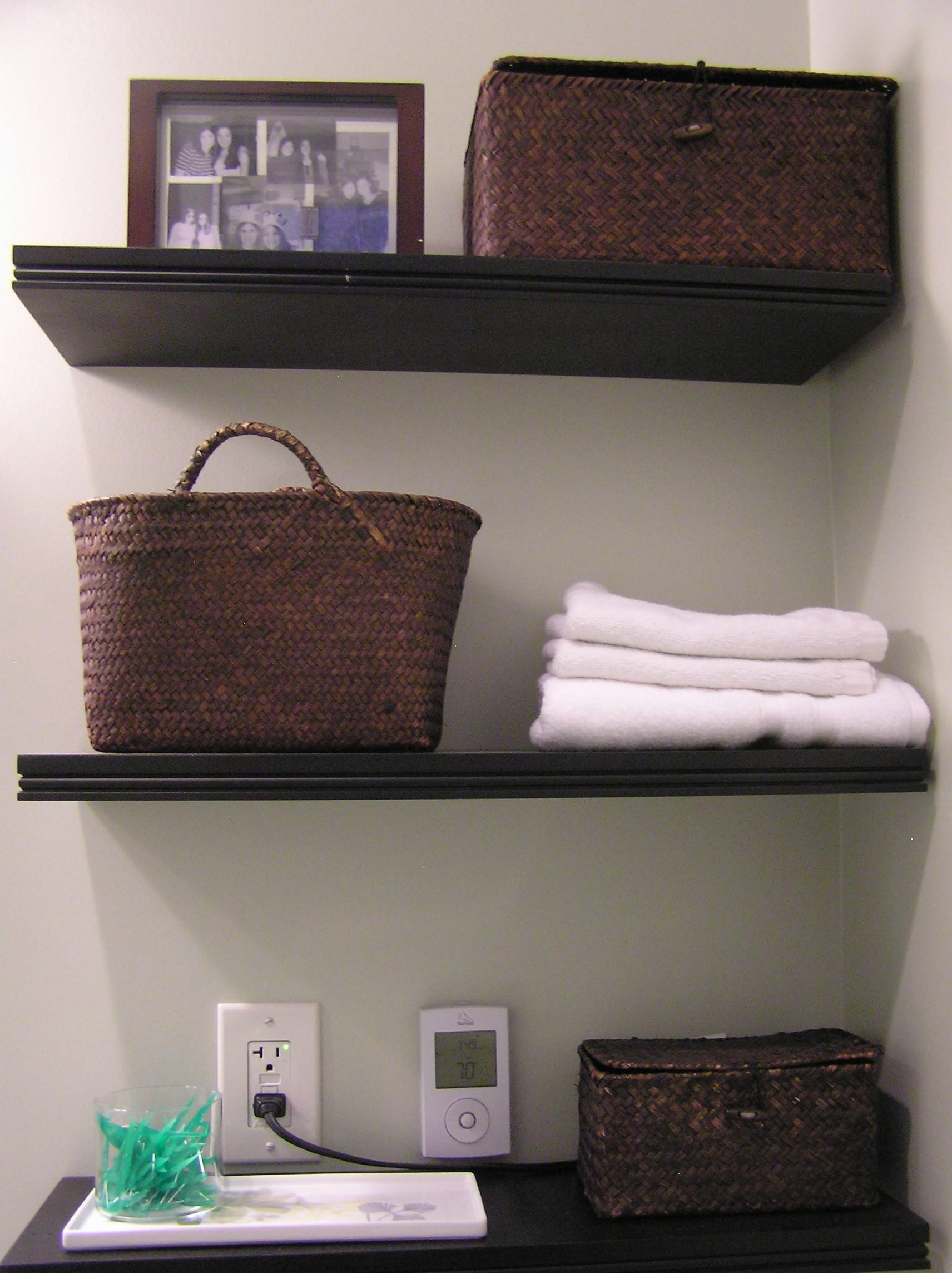أفكار لتنظيم الحمامات الصغيرة-الأرفف