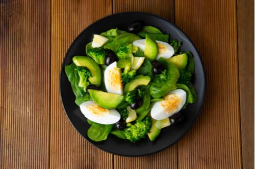 أكلات دايت سهلة - طريقة عمل سلطة البيض المسلوق والأفوكادو