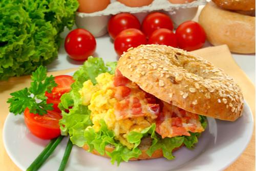 وصفات بالبيض المقلي - سندوتش البيض المقلي باللحم المقدد