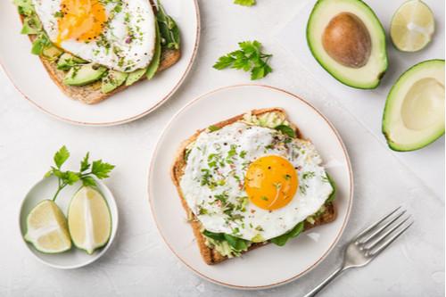 فطور سريع وصحي - طريقة عمل شرائح التوست بالأفوكادو والبيض