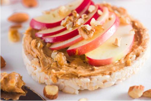 فطور سريع وصحي - طريقة عمل شرائح التوست بزبدة الفول السوداني والتفاح