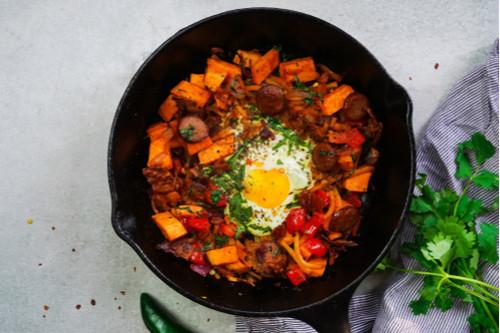 وصفات بيض للغداء - طريقة عمل صينية البطاطا الحلوة بالسجق والبيض