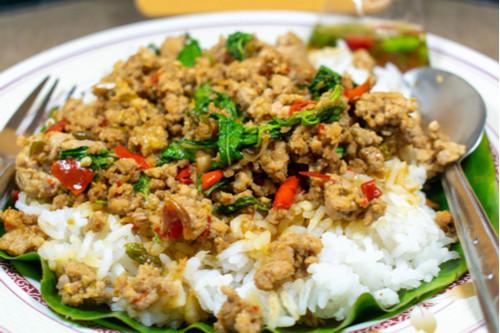 وصفات بيض للغداء - طريقة عمل الأرز المقلي بالبيض والخضار