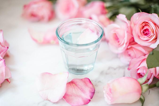 غلق مسامات الوجه طبيعيًا - ماء الورد لغلق المسام