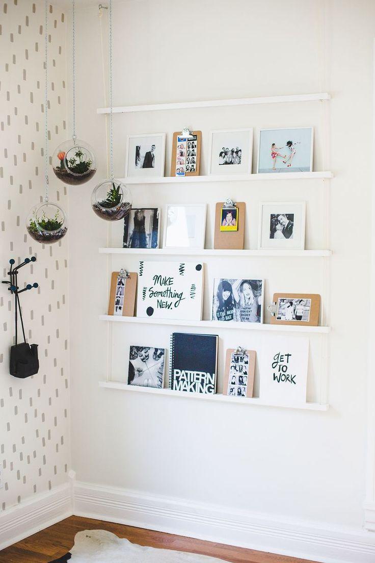 أفكار لتعليق الصور على الحائط - الرفوف الخشبية