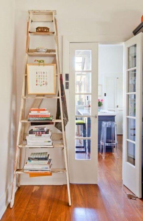 أفكار لتعليق الصور على الحائط - السلالم الخشبية