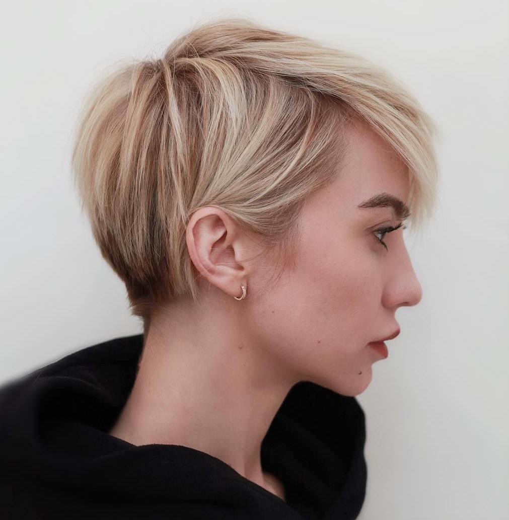 أنواع قصات الشعر القصير - قصة البوي مع الفرق الجانبي