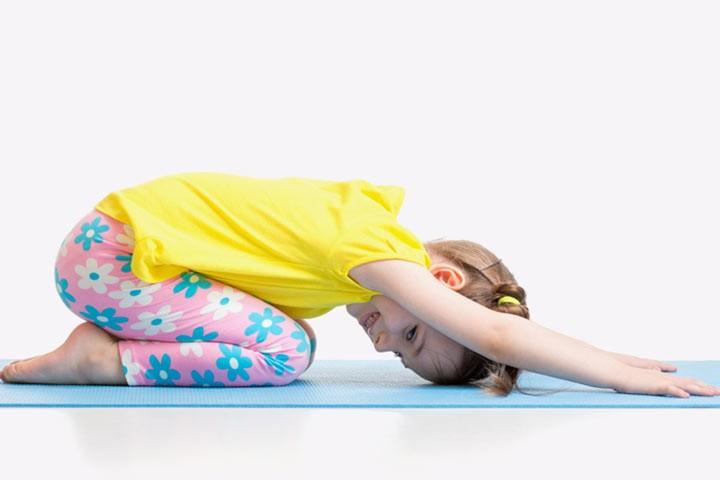 رياضة للأطفال في المنزل - تمرين إطالة الظهر