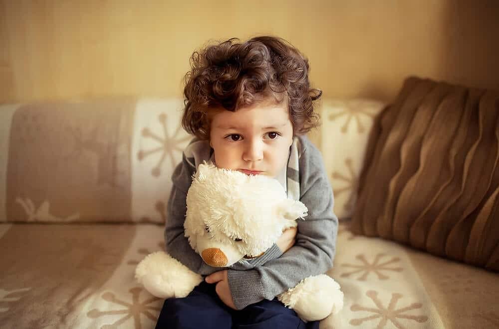 أفكار لتصوير الأطفال في المنزل - طفل مع دميته