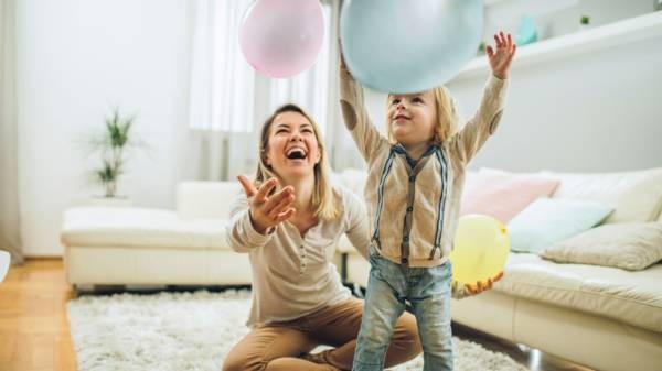 أفكار لتصوير الأطفال في المنزل - طفل مع البالونات