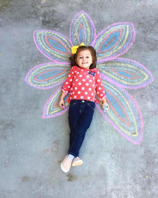 أفكار لتصوير الأطفال في المنزل - الرسم بالطباشير