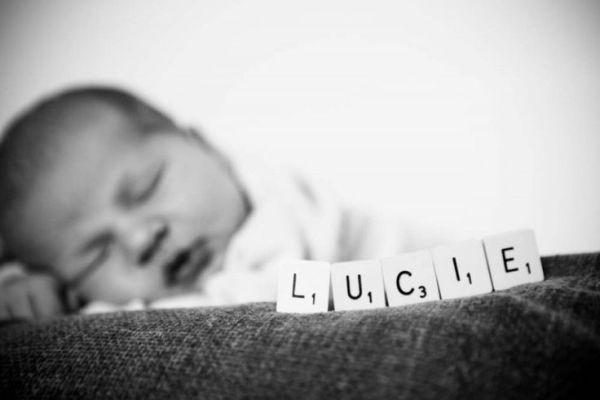 أفكار لتصوير الأطفال الرضع في المنزل - بالأبيض والأسود