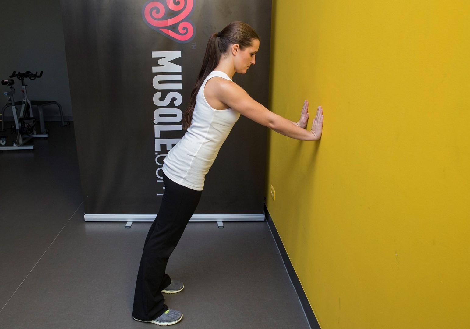 تمرينات لتكبير الصدر - تمرين الضغط على الحائط لتكبير الصدر