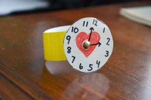 طريقة عمل ساعة يد للأطفال بالكرتون
