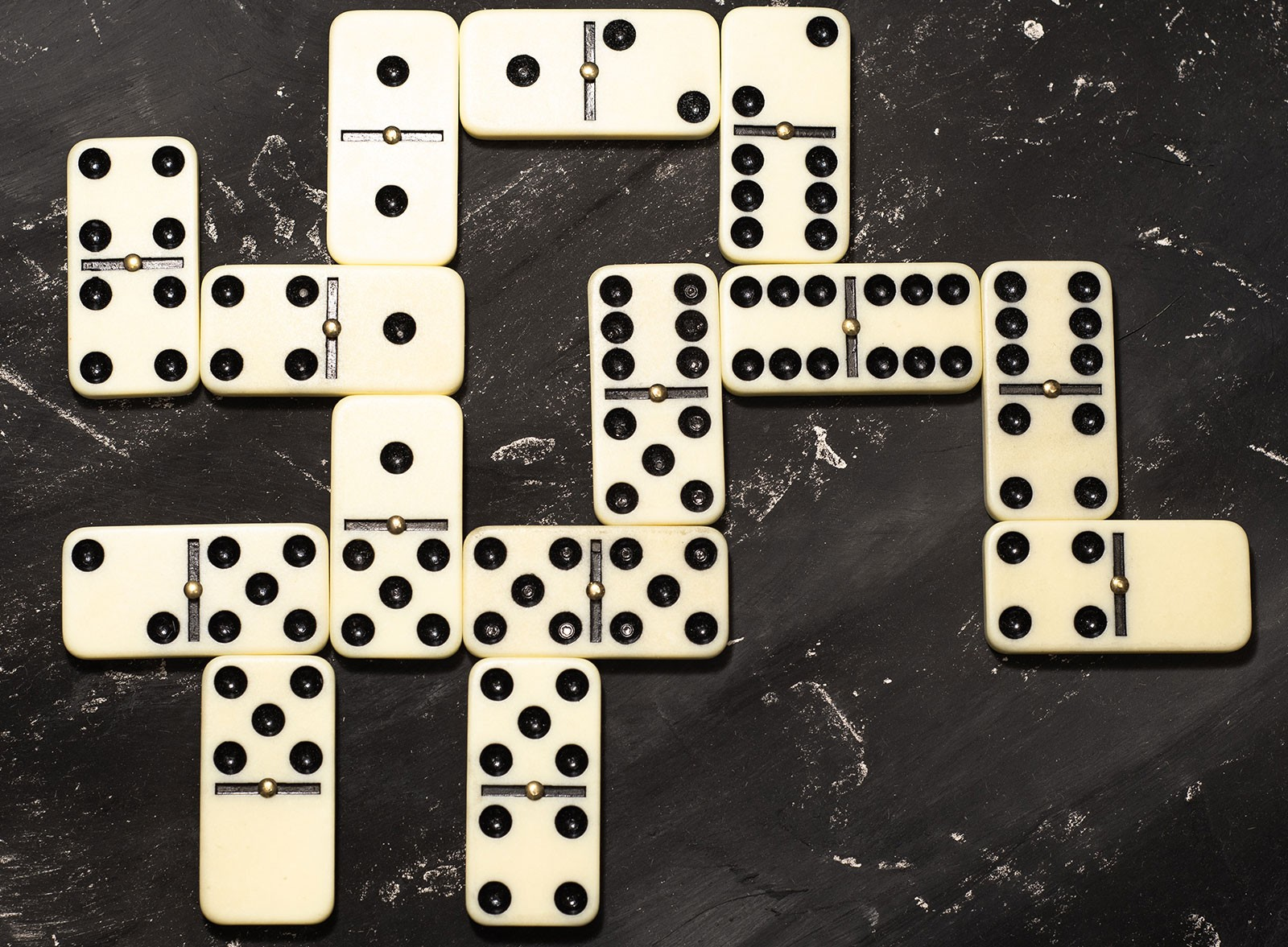 العاب عائلية جماعية في المنزل - لعبة الدومينو