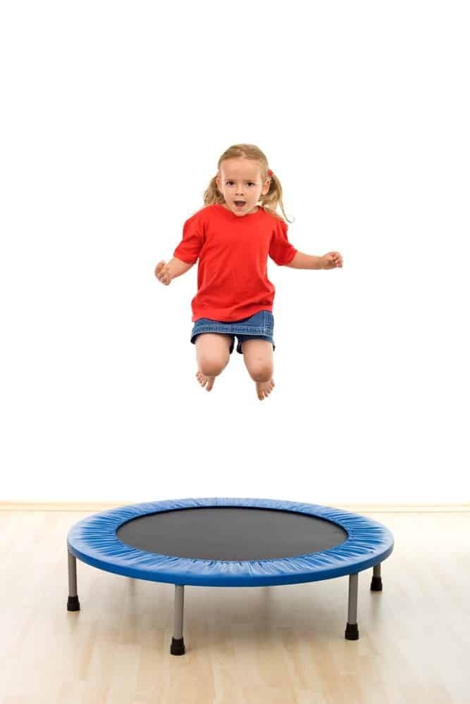العاب حركية للاطفال عمر سنتين - لعبة القفز على الترامبولين