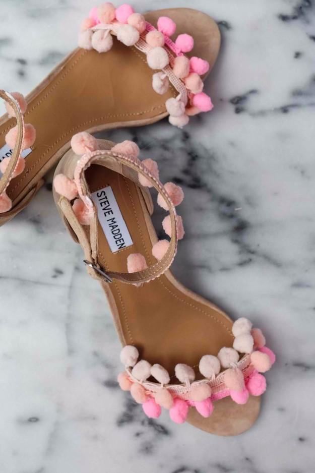كيفية تزيين الأحذية بالاكسسوارات - تزيين الأحذية بخيوط البوم بوم