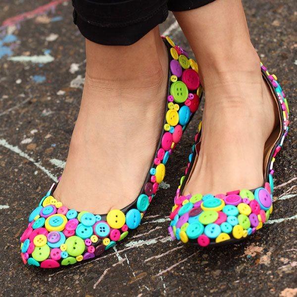 كيفية تزيين الأحذية بالاكسسوارات - تزيين الأحذية بالأزرار الملونة