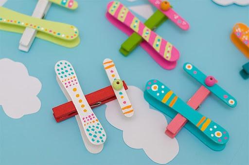 حرف يدوية للأطفال - طائرة من مشابك الغسيل