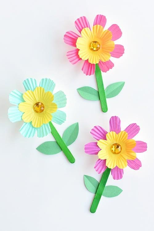 حرف يدوية للأطفال - وردات ملونة من ورق الكب كيك