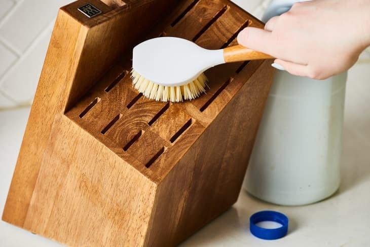 طريقة ترتيب البيت بسرعة - فرشاة للتنظيف