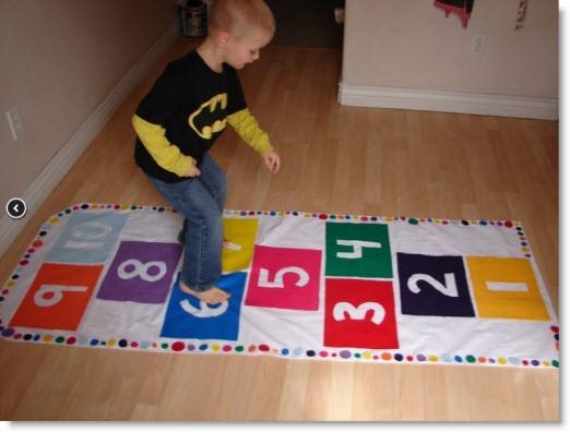طريقة عمل ألعاب أطفال صغار في المنزل - لعبة الوثب على المربعات