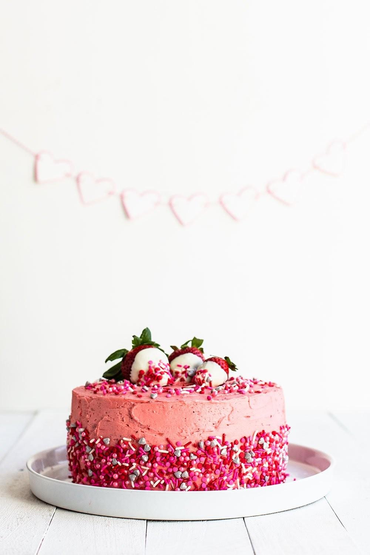 تورتة عيد الحب - تورتة عيد الحب بالكريمة الوردية والشوكولاتة