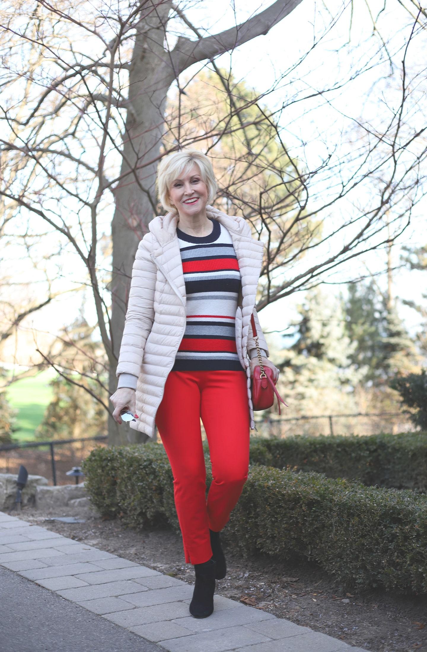 تنسيق اللون الأحمر في ملابس الشتاء - البنطال الأحمر