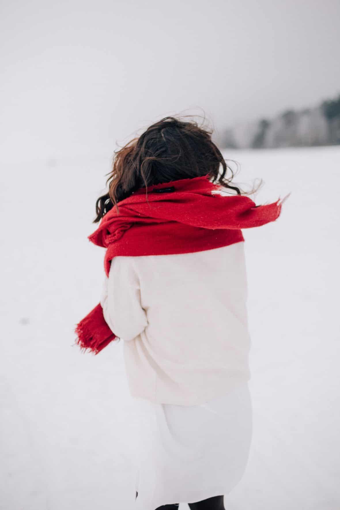 تنسيق اللون الأحمر في ملابس الشتاء - الكوفية باللون الأحمر