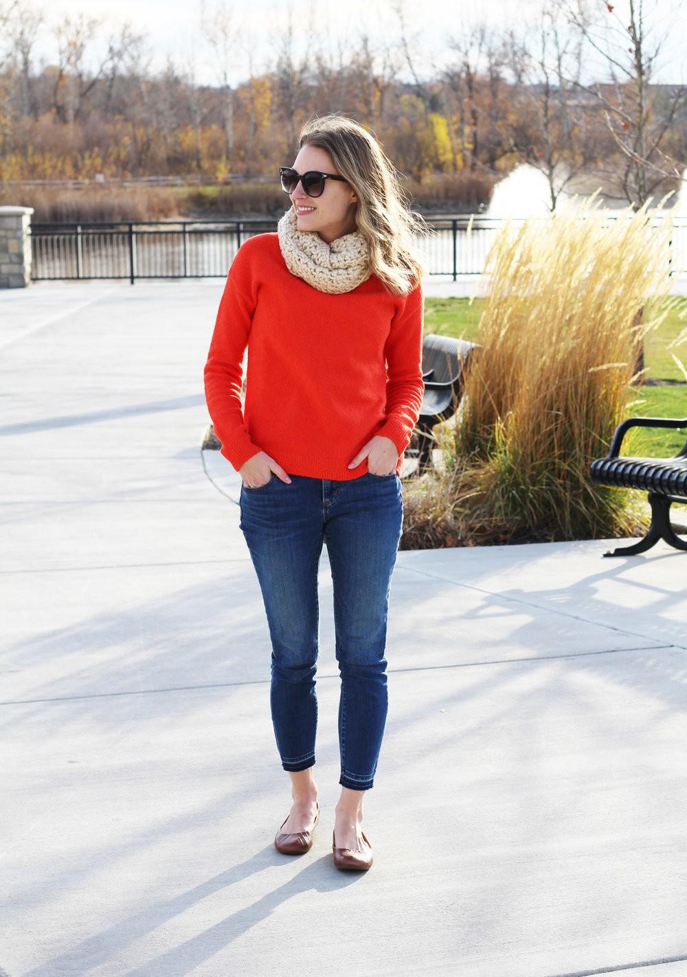 تنسيق اللون الأحمر في ملابس الشتاء - البلوفر الأحمر