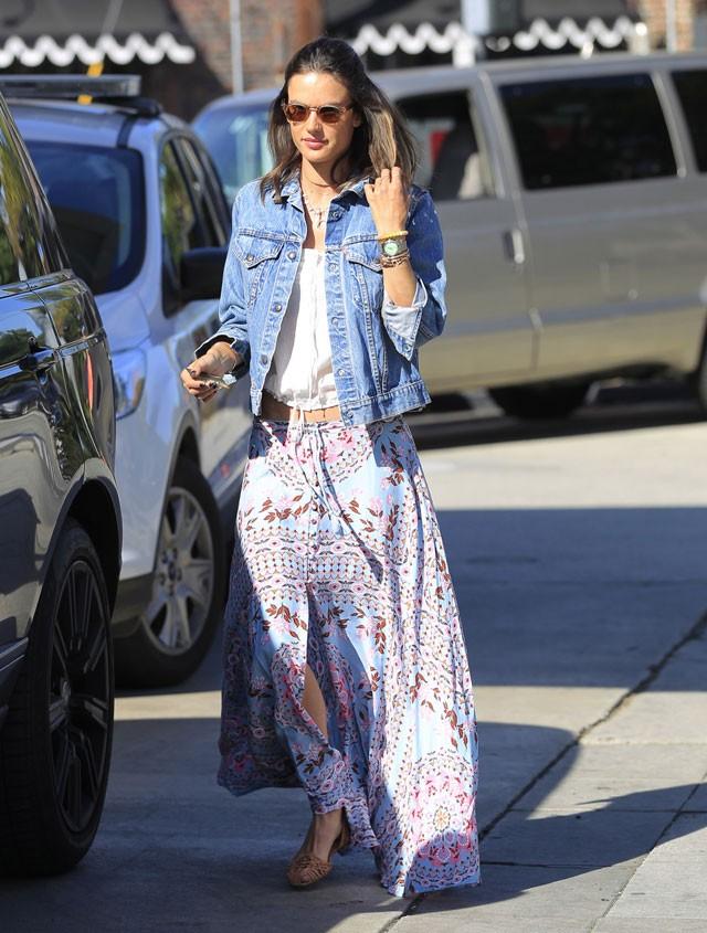 طرق لبس الجاكيت الجينز مع الجونلة - الجيبة المنقوشة مع الجاكيت الجينز