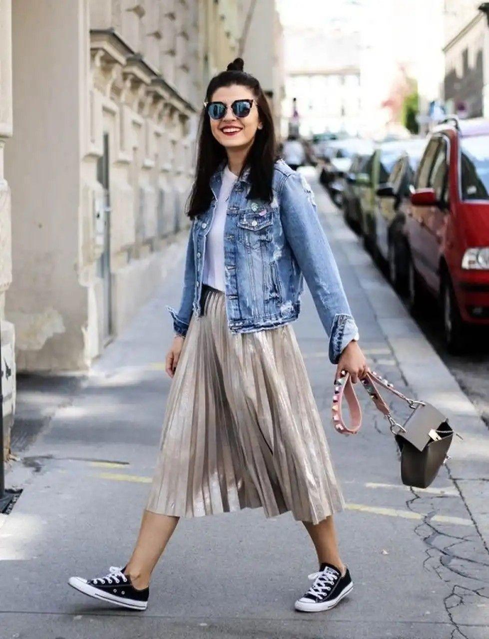 طرق لبس الجاكيت الجينز مع الجونلة - الجاكيت الجينز مع الجيبة الميتاليك