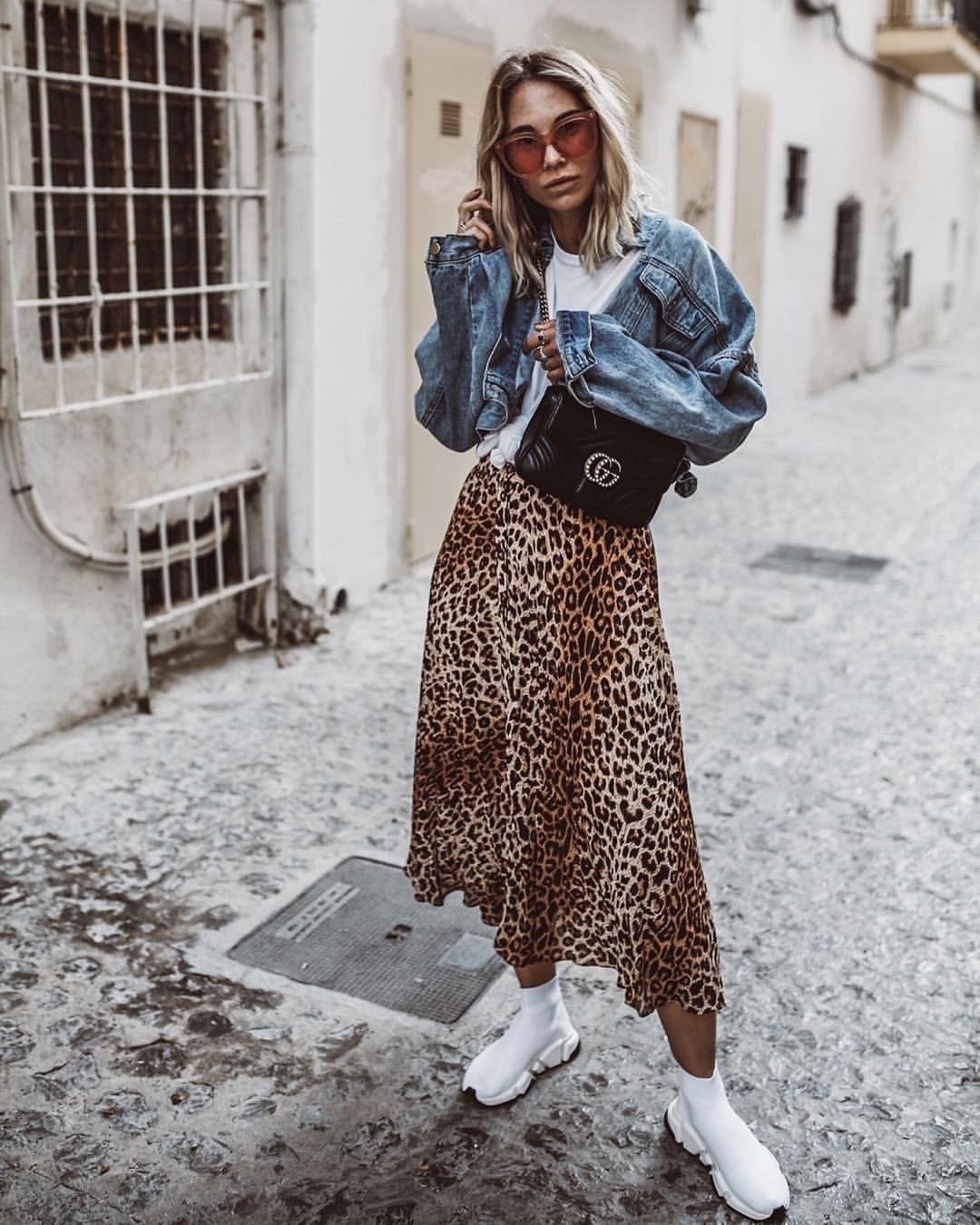 طرق لبس الجاكيت الجينز مع الجونلة - الجاكيت الجينز مع الجيبة التايجر