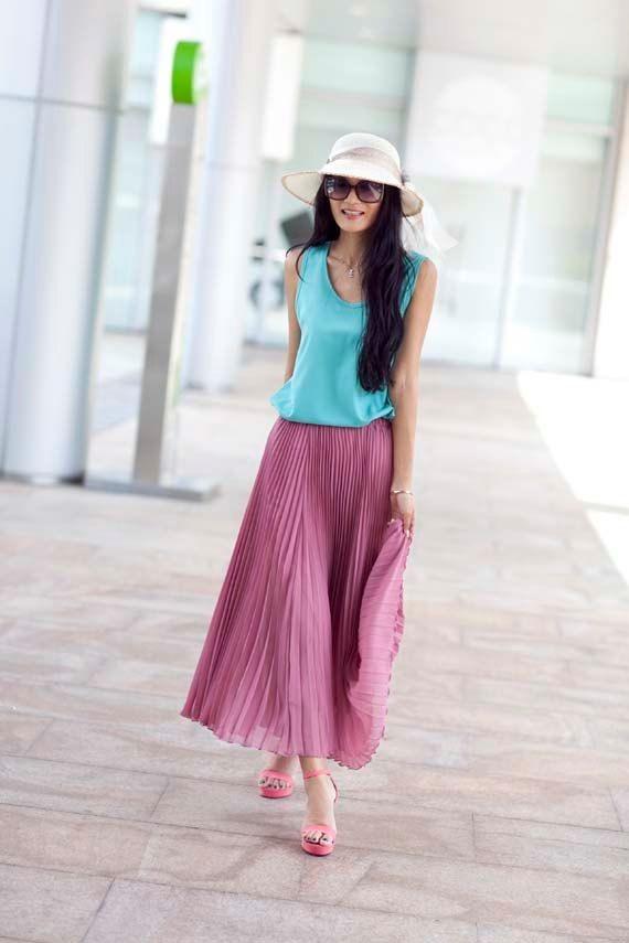 طرق لبس الجاكيت الجينز مع الجونلة - الجيبة البليسيه الزاهية